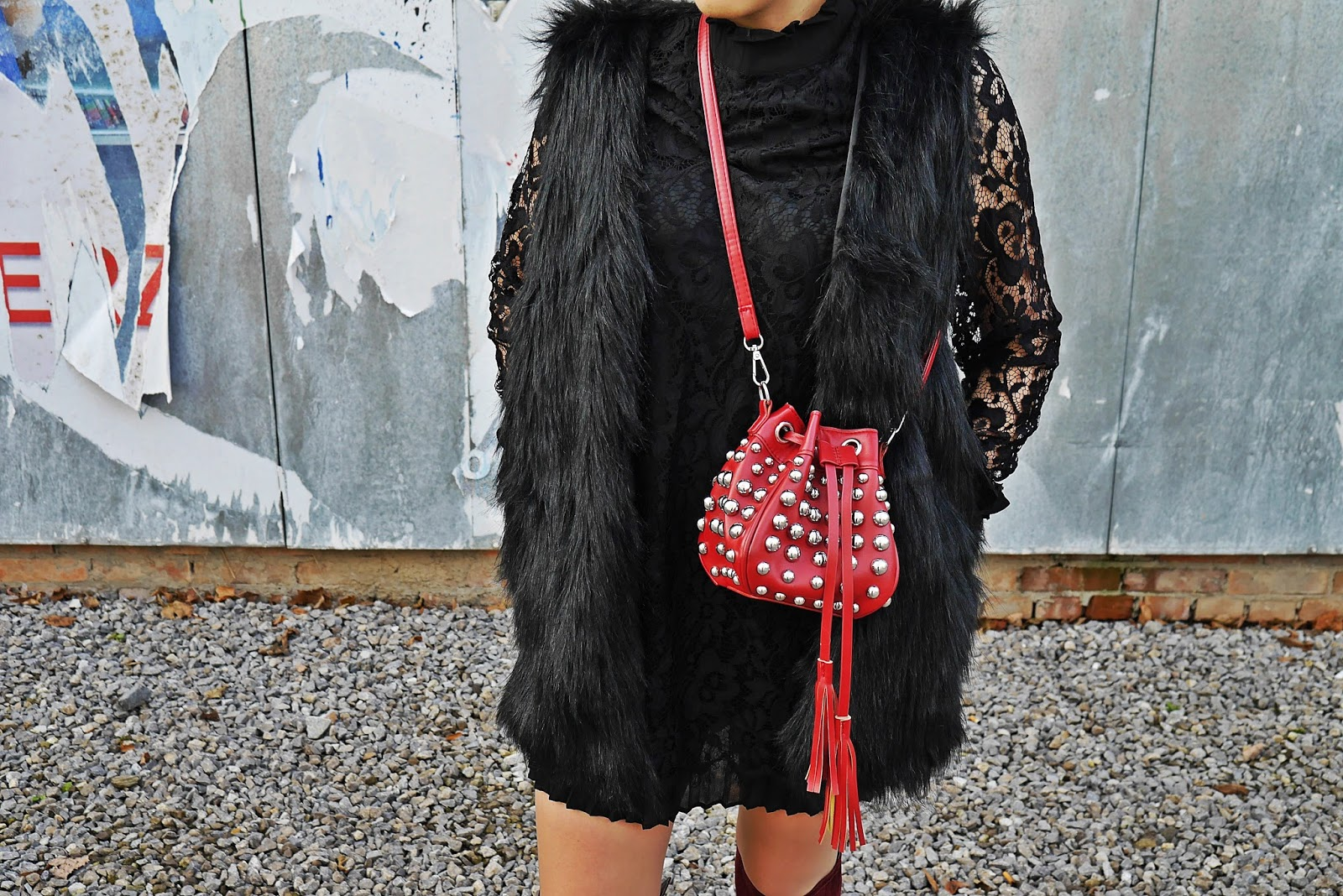 11_lace_black_dress_fur_vaist_red_bag_gamiss_karyn_blog_modowy_221117