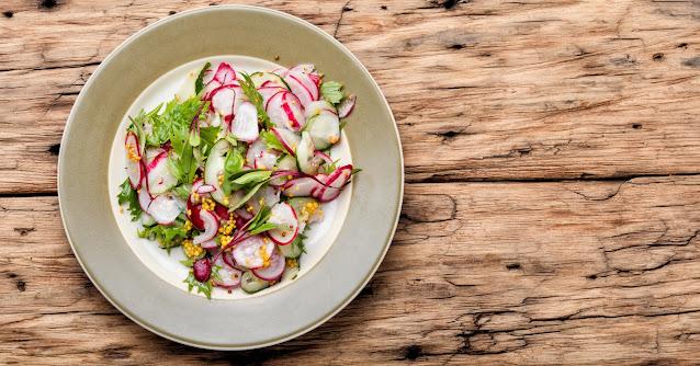 """Los Rábanos o rabanitos (conocidos así vulgarmente), es una hortaliza que podemos aprovechar para consumir algo nutritivo, y de sabor delicioso. Hoy, en esta receta vamos a preparar una ensalada de rabanitos que lo vamos a acompañar de salsa de cebolla. Esta receta pertenece a la categoría de """"recetas vegetarianas"""", y es una comida que se requiere de un tiempo mínimo. No existe cocción, y tiene bajas calorías (sobretodo, si estas en una dieta balanceada). ¡Veamos cómo prepararlo!"""