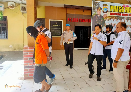 Pelaku AMR digiring menuju sel tahanan Mapolres Tanah Bumbu, Kamis siang. Foto-apahabar.com/Syahriadi