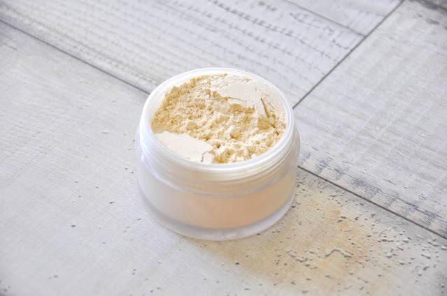 top 5 kosmetyków do makijażu dostępnych w drogerii douglas - puder sypki laura mercier translucent loose setting powder