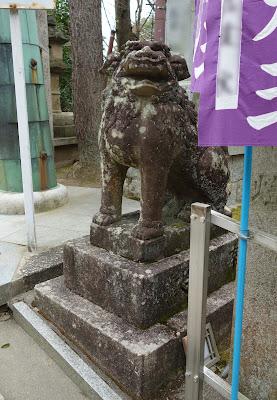 鳥居そばの狛犬(阿形)