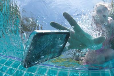 telefone celular caindo na piscina