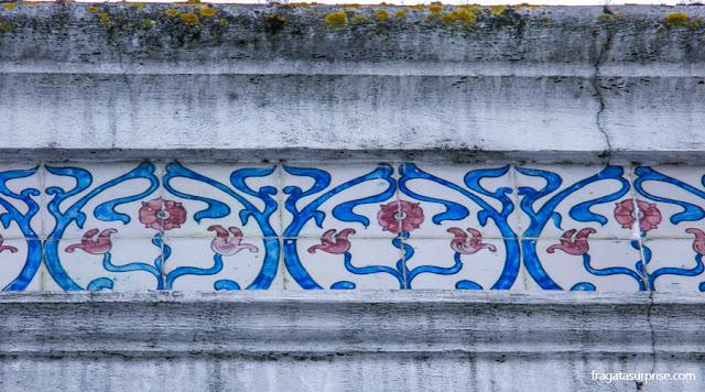 Arte Nova em azulejos em um casarão de Aveiro