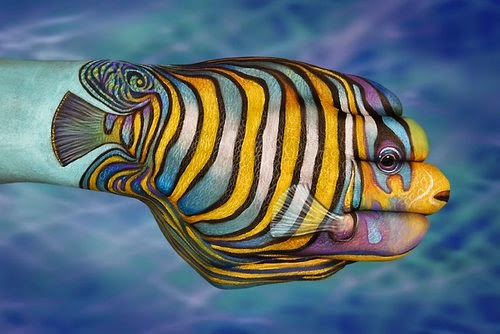12-Tropical-Fish-Guido-Daniele-Painting-Animals-on-Hands-www-designstack-co