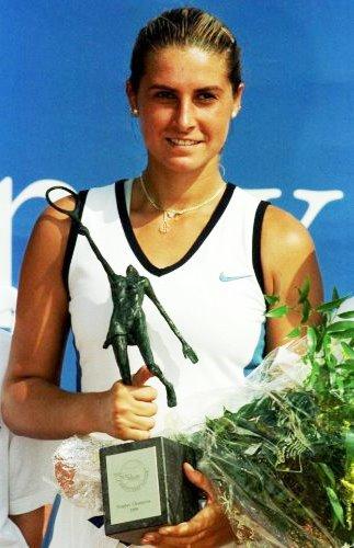 Foto de María Sánchez Lorenzo feliz con premio