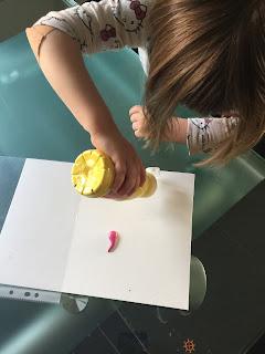 Tas de peinture sur feuille de Canson