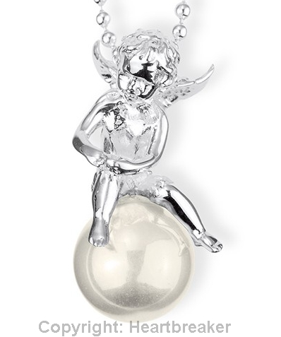 https://www.heartbreaker-schmuck.de/ketten/pearl-of-angels/pearl-of-angels-mittl-engel-anhanger-sitzend-aus-silber-mit-weisser-muschelkernperle-ca-12mm.html