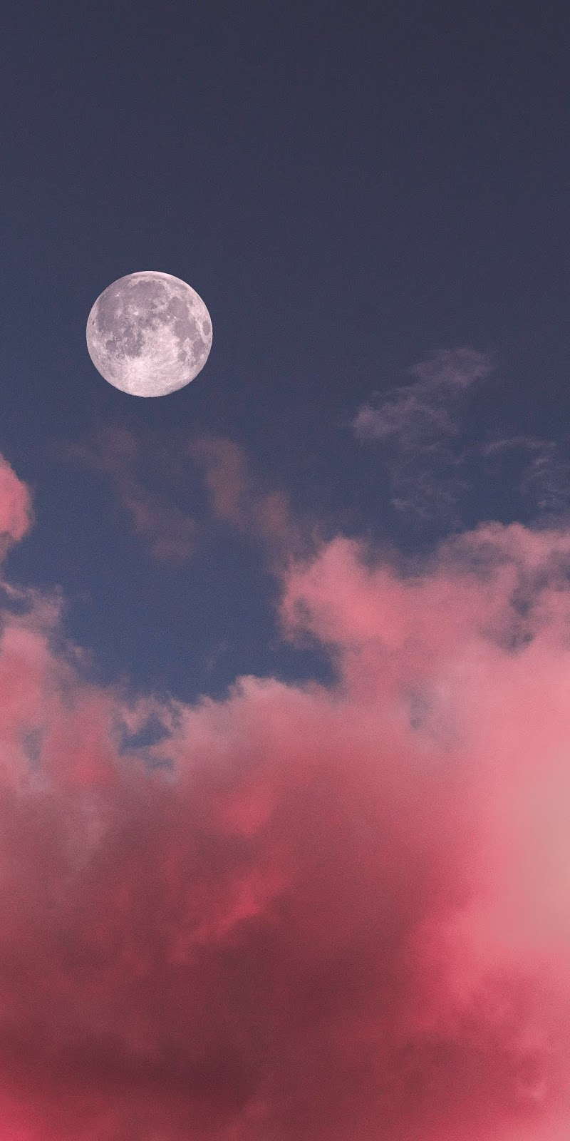 Mặt trăng tròn giữa bầu trời đầy mây hồng