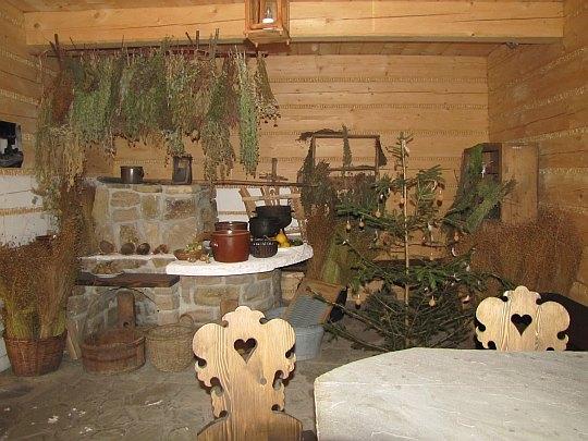 Muzeum Beskidzkie w Wiśle. Wnętrze chałupy kumornika z kurlawym piecem.