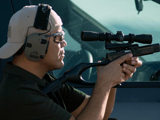 Un ex-agente Gringo impone récord de disparo con una pistola a mas de 1.800 metros mismo que en 2011 sobrevivió a una emboscada del Cártel de Los Zetas