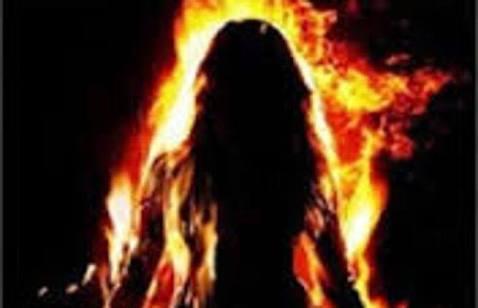 खाना बनाते समय आग से जली महिला
