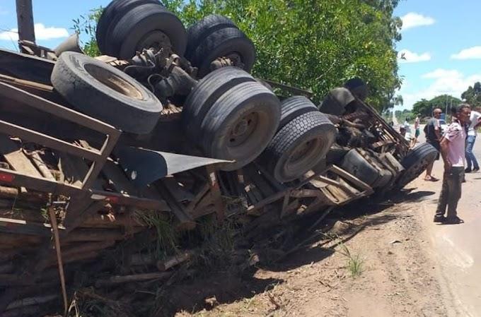 Motociclista morre após ser atingido por carreta que tombou na BA-290