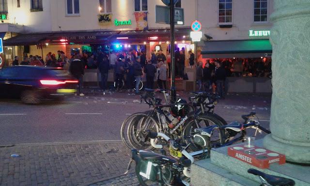 Calle donde empieza la subida al Cauberg la noche de la cicloturista Amstel Gold Race