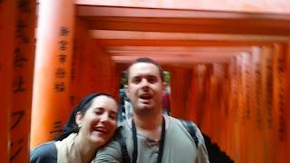 Carlos y Pili con torii rojos en Fushimi Inari