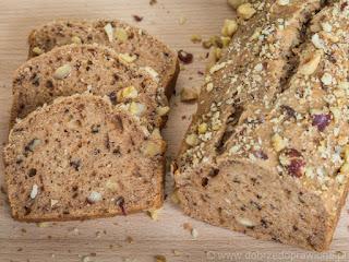 Chleb z masła orzechowego udekorowany mieszanką pokruszonych orzechów