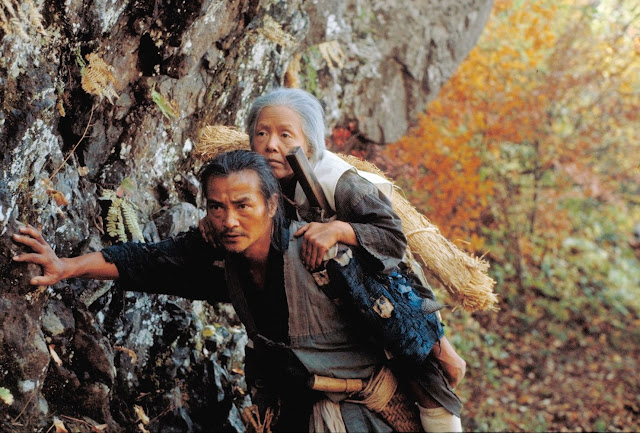 Con trai cõng mẹ lên núi vứt, trên đường đi bà cụ đã làm 1 việc khiến người làm con bứt rứt