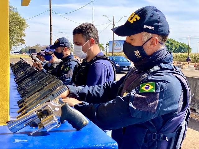 PRF apreende arsenal de mais de cinquenta pistolas e carregadores em ação conjunta com a Receita no Paraná