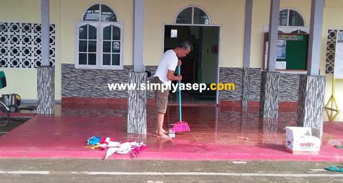 BENDAHARA:  Bapak Sabikis, Bendahara Umum Masjid Babussalam Duta Bandara Kubu Raya terlihat sedang menyapu masjid dan membersihkan karpet sajadah Masjid Babussalam.  Foto Asep Haryono