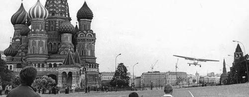 Матиас Руст пролетает над Красной площадью