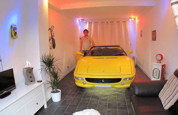 Coches estacionados dentro de las casas extra o y no en for Garajes por dentro