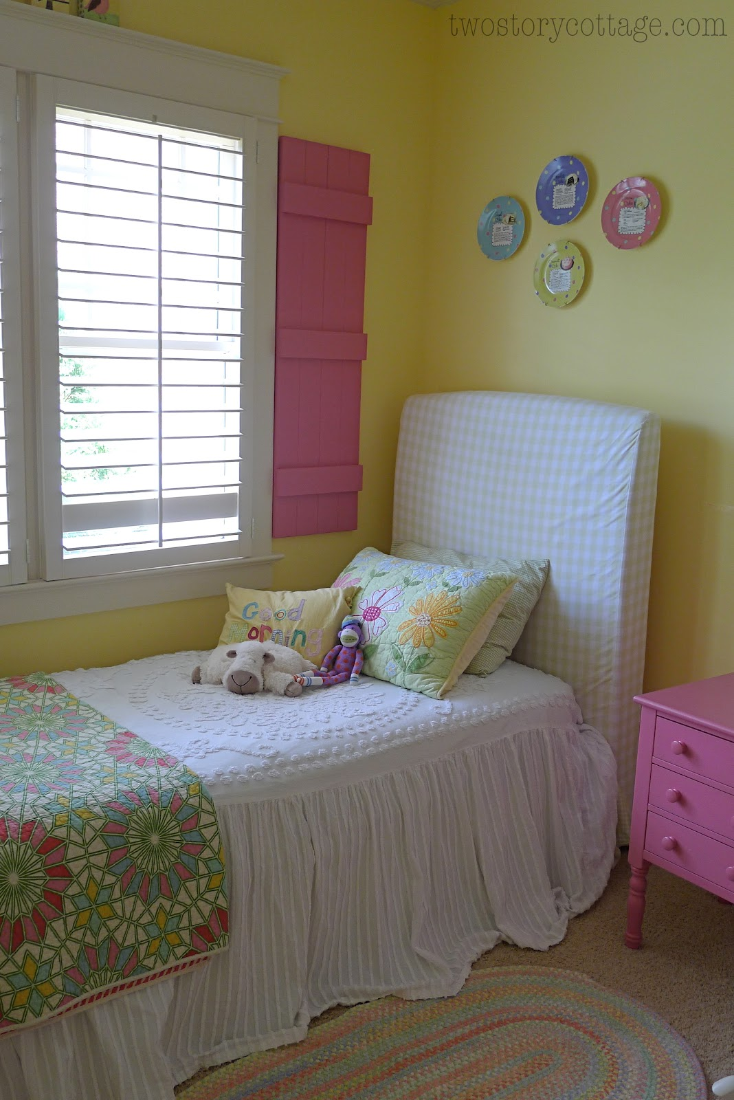 Decorating With Plates {Lacey\'s Room}