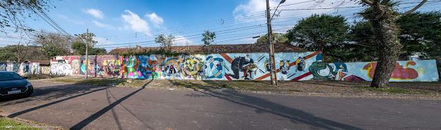 Grande muro com grafites