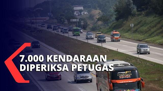 Pantauan Tol Cikampek Arah Jakarta Padat Selasa Malam Karena Pengecekan SIKM