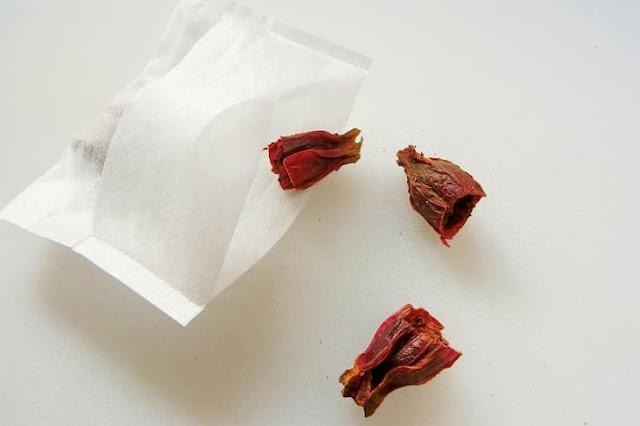 くちなしの実ははさみで半分に切ってガーゼ袋に入れて置く