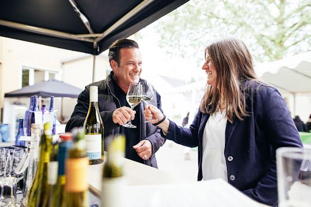 Weingenuss beim Weinhöfefest rund um Burg Layen an der Nahe.