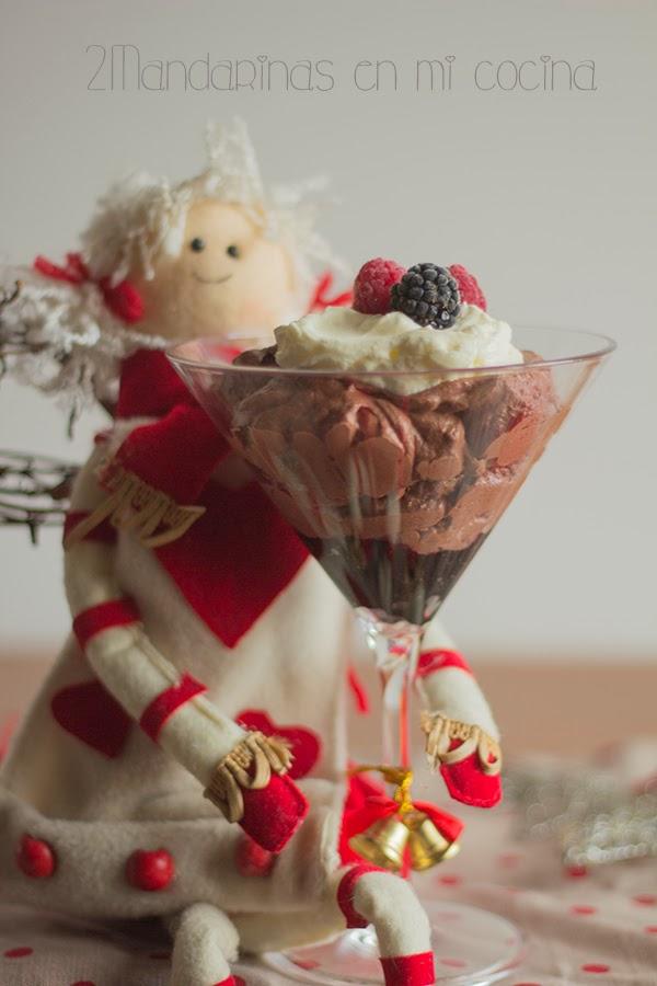 Copa mousse de chocolate con nata y glaseado de mermelada de arándanos