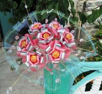 Букет из чупа-чупс с искусственными или живыми цветами.МК