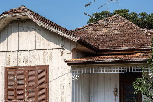 Alguns detalhes em uma casa de madeira - detalhes no telhado e grade na entrada