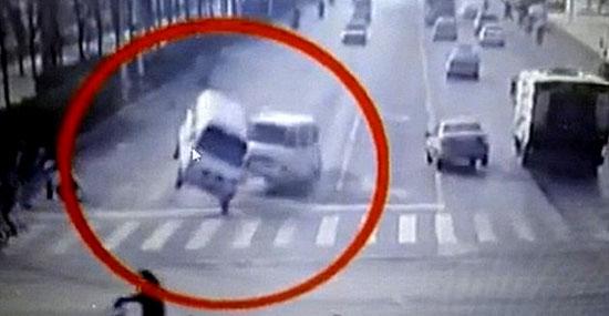 """Bizarro acidente com carros """"flutuando"""" na China ainda é um mistério"""