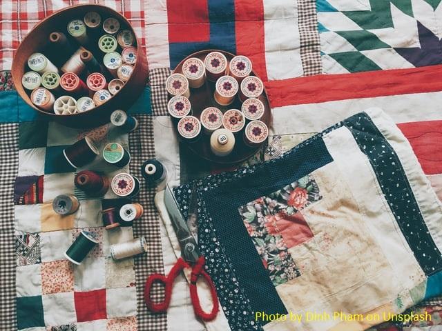 Colcha feital com retalhos, patchwork, e carretéis de linha