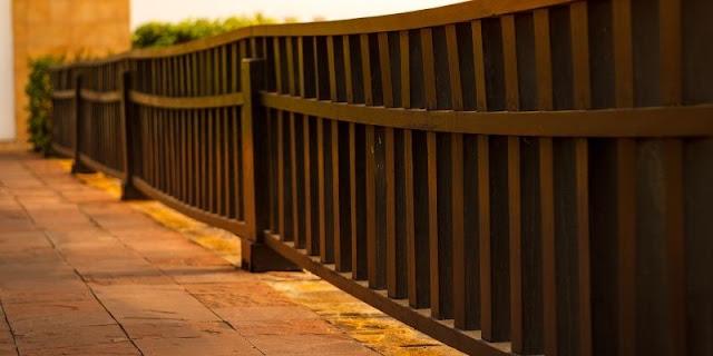 Inspirasi Desain Pagar  Kayu Balkon Untuk Memperindah Tampilan Rumahmu!