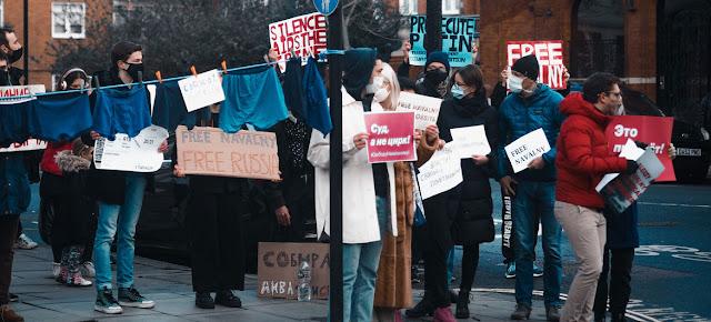 Manifestación a principios de 2021 en Londres en apoyo de Aleksei Navalny.Unsplash/Liza Pooor