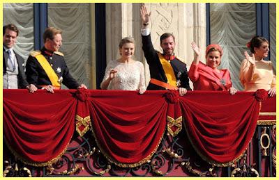 La Familia Real luxemburguesa saludando desde el palco a sus súbditos