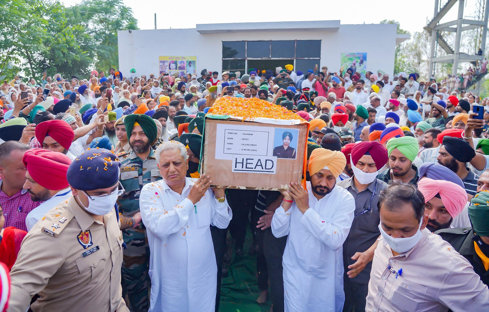 मुख्यमंत्री ने शहीद सिपाही गज्जण सिंह के पैतृक गाँव पचरंडा में पहुँच कर परिवार के साथ दुख साझा किया