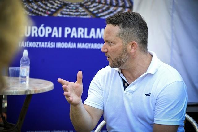 Ujhülye: Orbán és a Fidesz megerőszakolta a demokráciát