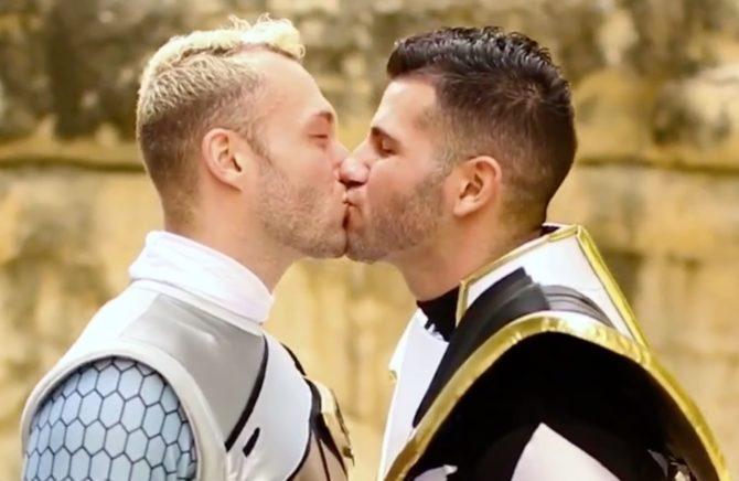 Casal gay viraliza na internet por pedido de casamento inusitado