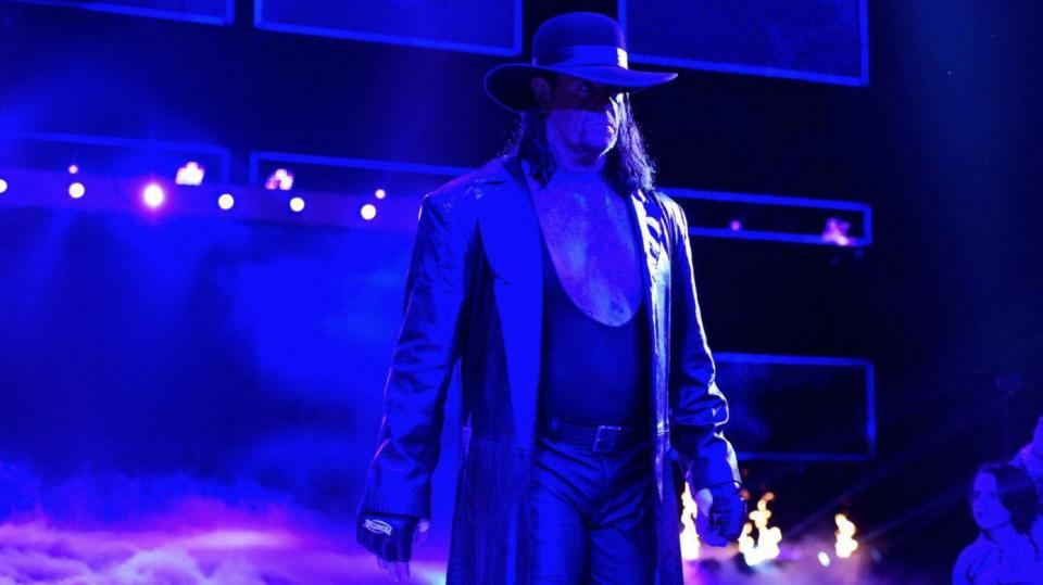 """The Undertaker diz que """"erro"""" de Rey Mysterio lhe causou uma lesão permanente no olho"""