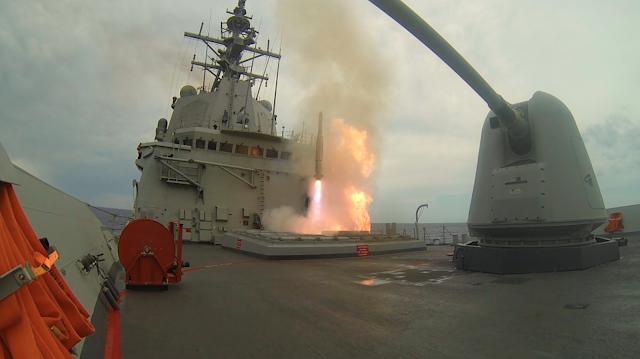 La fragata 'Cristóbal Colón' pone a prueba su sistema de lanzamiento de misiles