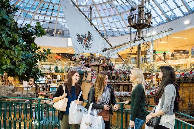 Mua sắm là một nhu cầu tất yếu của mọi du khách trong những chuyến du lịch, bởi vậy mà những khu thương mại hay trung tâm mua sắm lớn luôn có mặt tại những địa điểm du lịch hàng đầu. Nếu bạn là một tín đồ của shopping và yêu du lịch, đừng quên ghé thăm top địa điểm mua sắm đẳng cấp thế giới ngay dưới đây.