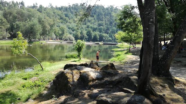 Zona de sombra na margem do Rio Cávado