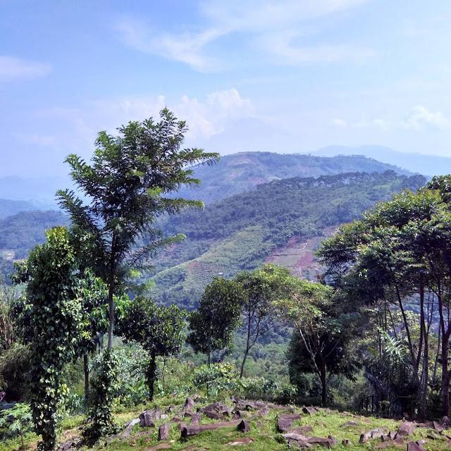 foto pemandangan di gunung padang