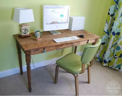 Menata meja kerja di salah satu pojok rumah