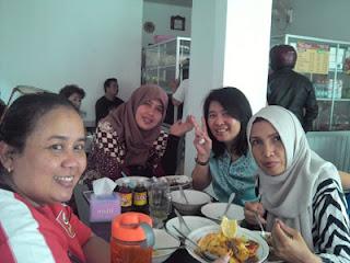 Teman-teman Yuli di Warung Bu Kus, Sawojajar, Malang