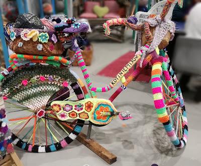 Virkkauksella koristeltu polkupyörä