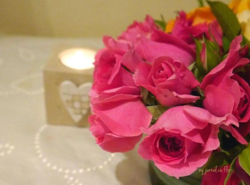 seara romantica - buchet de trandafiri roz si lumanare in suport inima