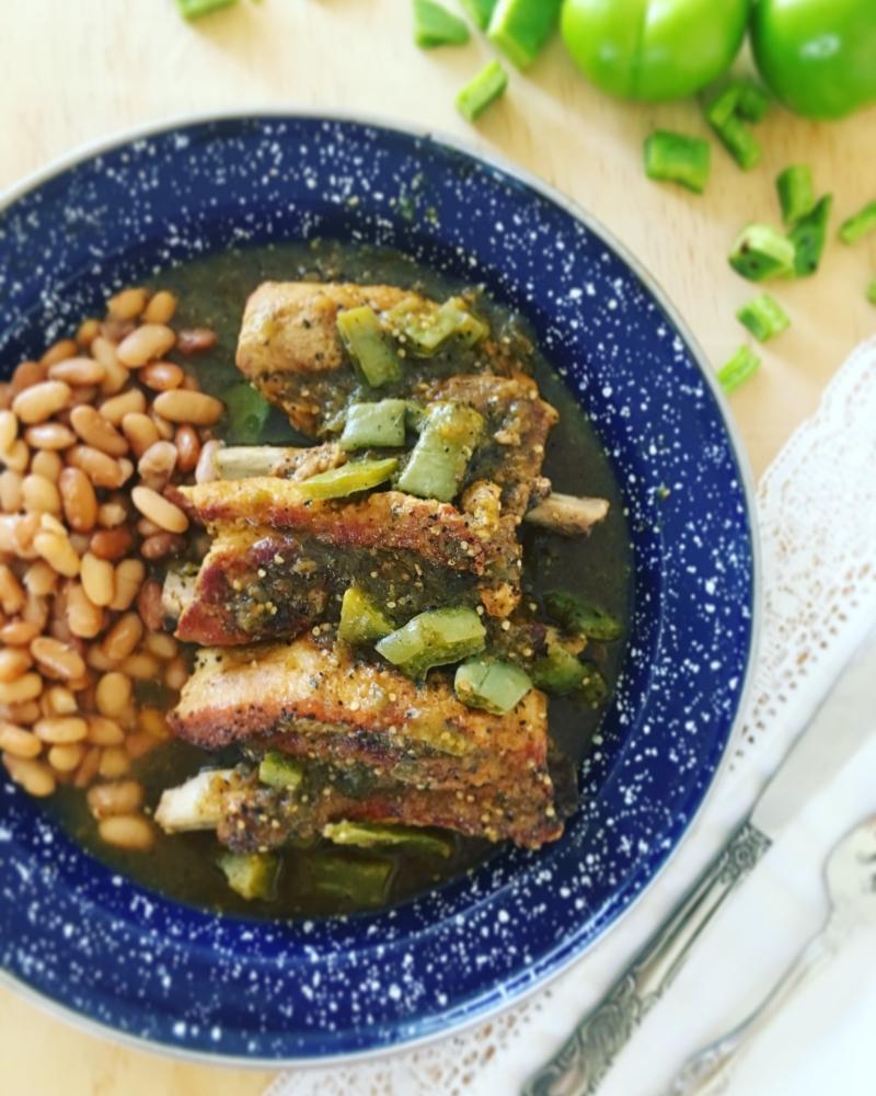 Costillas de puerco en salsa verde con nopalitos - Delirios de Cocina